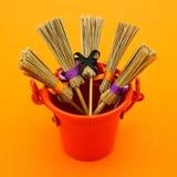 Очень оранжевая съемка с вениками в ведре стоковые фотографии rf