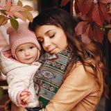 Очень очаровательная красивая мать брюнет с закрытый держать глаз стоковая фотография rf