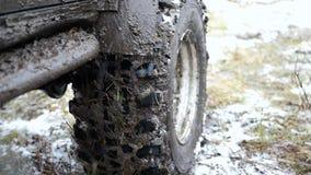 Очень пакостный виллис с широкой проступью в грязи и снег на природе, замедленном движении видеоматериал