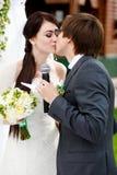 Очень первый поцелуй новобрачных после того как они дали oathes Стоковые Фотографии RF