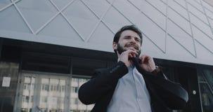 Очень слабонервный молодой бизнесмен после интервью приходит вне от офиса и принимать вниз с его связи акции видеоматериалы