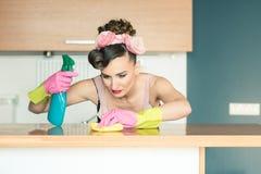 Очень старательная женщина homemaker очищая дом стоковые фото