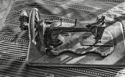 Очень старая ручная швейная машина стоковая фотография
