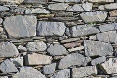 Очень старая сухая каменная стена в старой церков в Ирландии стоковые изображения rf
