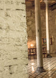 Очень старая церковь с штендерами и красивыми стенами утеса и полами файла внутрь Стоковая Фотография RF