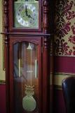 очень старые античные винтажные часы стоковые фотографии rf