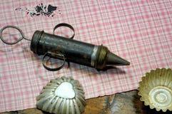 Очень старые инструменты печенья: торты шприц и резцы печенья несенное деревянное предпосылки Стоковое Изображение RF