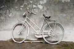Очень старый и пылевоздушный велосипед Стоковые Фото