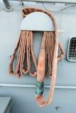 Очень старый и ржавый пожарный рукав от линкора стоковая фотография