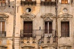 Очень старый дом в плохом состоянии Отсутствие пола на балконе Палермо Сицилия Стоковая Фотография RF