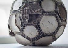 Очень старый треснутый шарик для футбола или футбола Стоковое фото RF