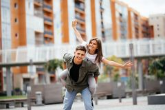 Очень счастливые пары имея полезного время работы потеха пар имея соедините усмехаться piggyback стоковое изображение rf