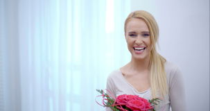 Очень счастливая женщина получила букет роз сток-видео