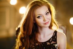 Очень славная чувственная девушка с красными волосами Стоковые Фотографии RF