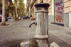 Очень типичный римский фонтан стоковая фотография rf