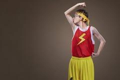 Очень тонкий парень в одеждах спорт целует его руку Стоковые Изображения RF