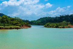 Очень узкий переходный люк на озере Gatun, Панаме стоковые фото