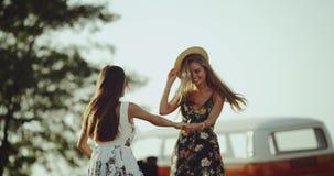 Очень photogenic молодая женщина тратя полезного время работы совместно, в середине природы усмехаясь и счастливой обнимающ каждо акции видеоматериалы