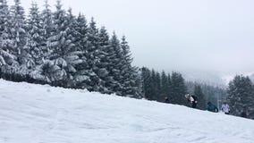 Очень touristic горнолыжный склон Winterberg, Hochsauerlandkreis, Германии, популярного спорта зимы и положения праздника акции видеоматериалы