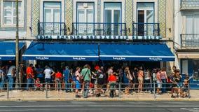 Очередь людей перед пекарней Pasteis de Belem в Лиссабоне, Португалии которая место рождения этого известного португальца стоковая фотография