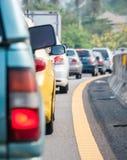 Очередь автомобиля в плохой дороге движения стоковые изображения rf