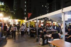 Очередь иностранца японского народа и путешественников стоящая покупает рамэны стоковое фото rf