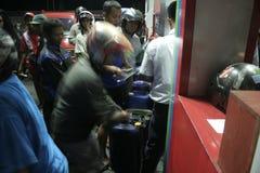 очередь мотоцикла для нефти на бензоколонке в Gayam, Sukoharjo Стоковые Фото
