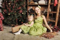 2 дочери в зеленом платье Стоковое Изображение RF