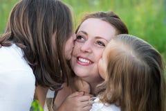 2 дочери, мама поцелуя Стоковые Фото