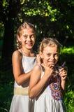 2 дочери обнимая в парке Стоковое Изображение