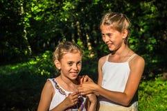 2 дочери обнимая в парке Стоковые Фотографии RF