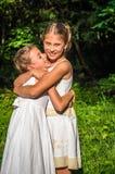 2 дочери обнимая в парке Стоковое фото RF