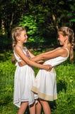 2 дочери обнимая в парке Стоковое Фото