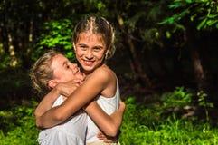 2 дочери обнимая в парке Стоковые Изображения