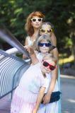 3 дочери с матерью Стоковые Фотографии RF