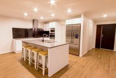 Очистите белую современную кухню Стоковые Изображения