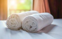 Очистите белый крен полотенца положенный на кресло Стоковая Фотография