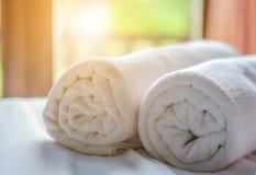 Очистите белый крен полотенца положенный на кресло Стоковая Фотография RF