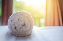 Очистите белый крен полотенца положенный на кресло Стоковое Изображение