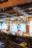 Очистите бокалы подготовленные барменом и повешенные на баре на ресторане Стоковые Фотографии RF