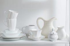Очистите блюда и вазы на деревянной полке Стоковые Фото