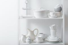 Очистите блюда и вазы на деревянной полке Стоковая Фотография