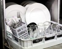 Очистите блюда, стекла и столовый прибор в судомойке Стоковое Фото