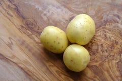 Очистите картошку и деревянную доску Стоковое Изображение RF