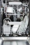 Очистите плиты, чашки, стекла и столовый прибор в судомойке позже Стоковое Изображение RF