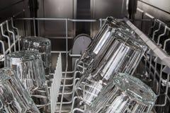Очистите прозрачные стекла после мыть в машине судомойки Стоковое Изображение RF