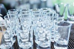 Очистите пустые стекла для сильного спирта на баре во время события Стоковое фото RF