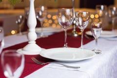 Очистите плиту на таблице в ресторане Стоковая Фотография