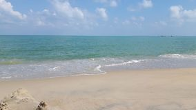Очистите пляж с голубым небом и открытым морем Стоковая Фотография