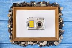 Очистите рамку на голубой деревянной предпосылке, seashells и камере стоковое изображение